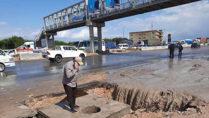 تراكم الأمطار بالطريق الصحراوي في الإسكندرية والصرف يتدخل