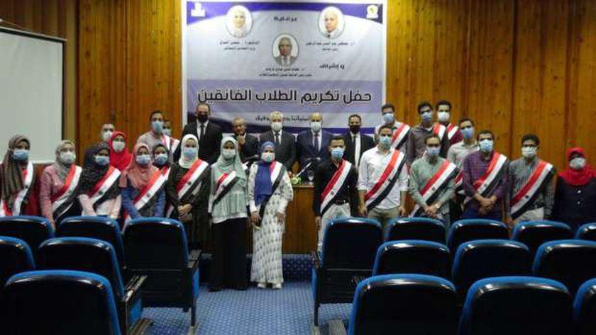 رئيس جامعة المنيا يكرم الطلاب الفائقين