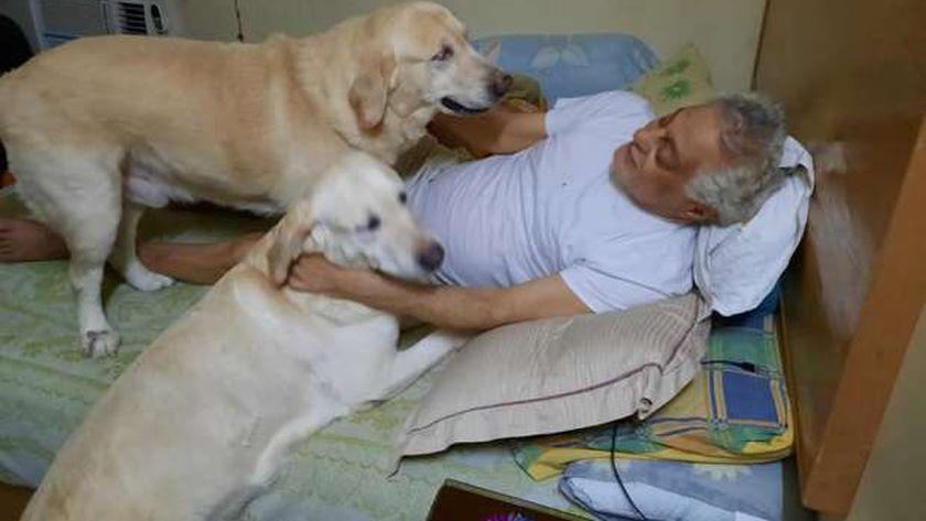 الفنان توفيق عبد الحميد بصحبة كلابه