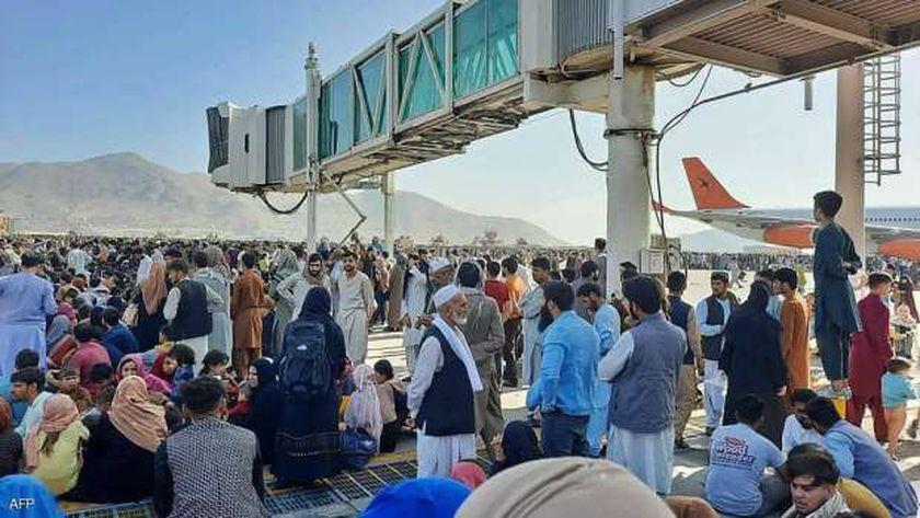 احتشاد مواطنين أفغان بمطار كابول الدولي