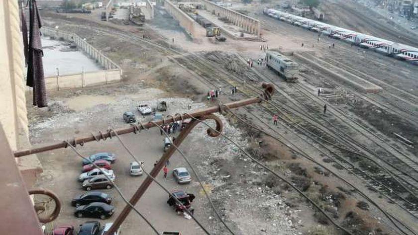 الأهالي في طريقهم للقطار لتوزيع المياة والطعام على ركابه
