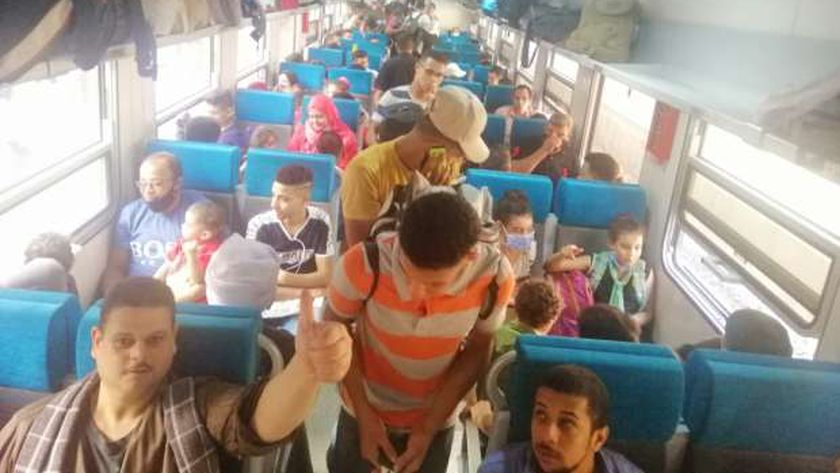 قطارات السكة الحديد تقل المواطنين لقضاء إجازة العيد مع آسرهم