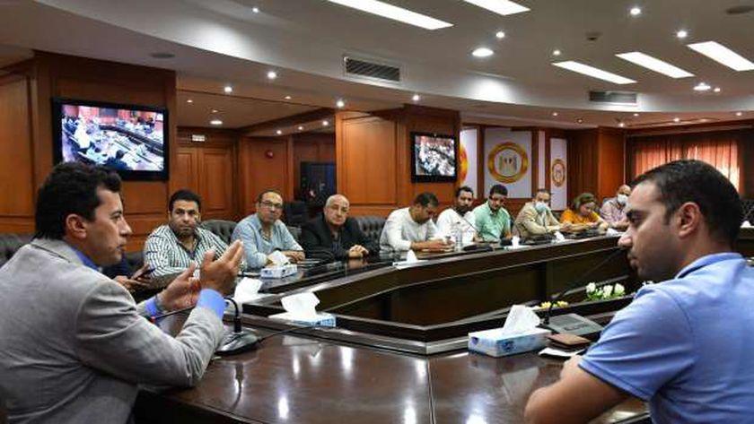 وزير الرياضة خلال اجتماعه مع الصحفيين