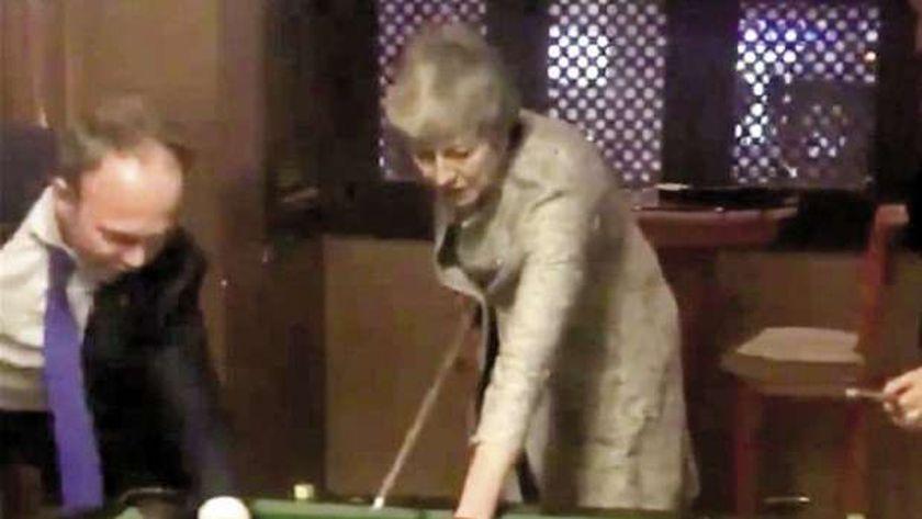 «ماى» و«كونتى» يلعبان بلياردو