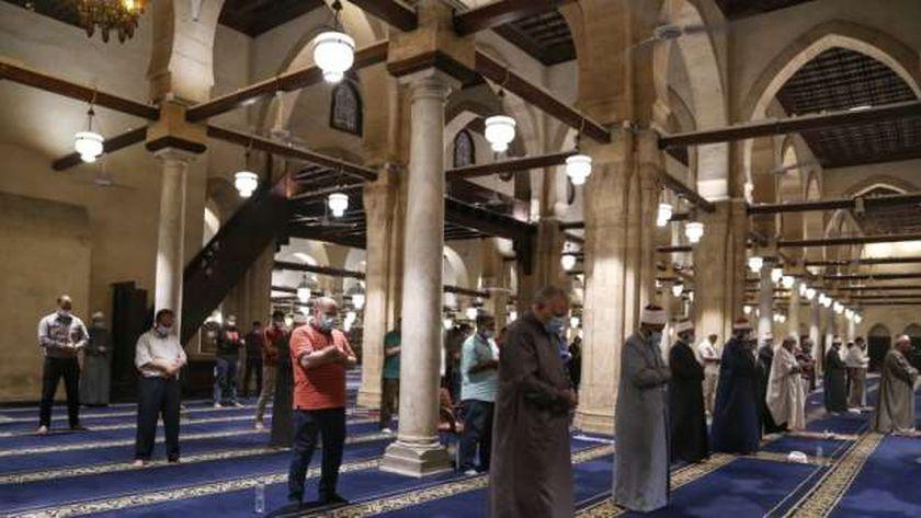 يؤدي المسلمون أول صلاة تراويح في رمضان هذا العام الليلة