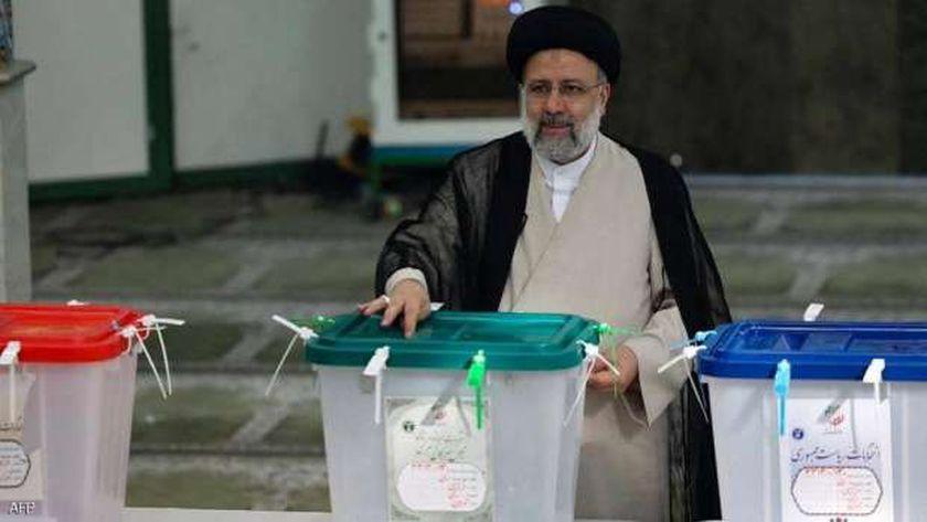 رئيس إيران الجديد إبراهيم رئيسي يدلي بصوته في الانتخابات
