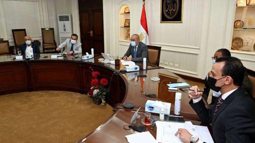 وزير الإسكان يتابع موقف تنفيذ المشروعات المختلفة بالمدن الجديدة
