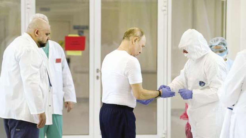 الرئيس الروسى أثناء تلقيه اللقاح أمس
