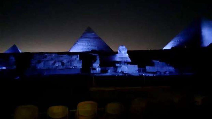 صورة إضاءة الأهرامات وأبو الهول وبرج بيزا باللون الأزرق.. تعرف على السبب – مصر