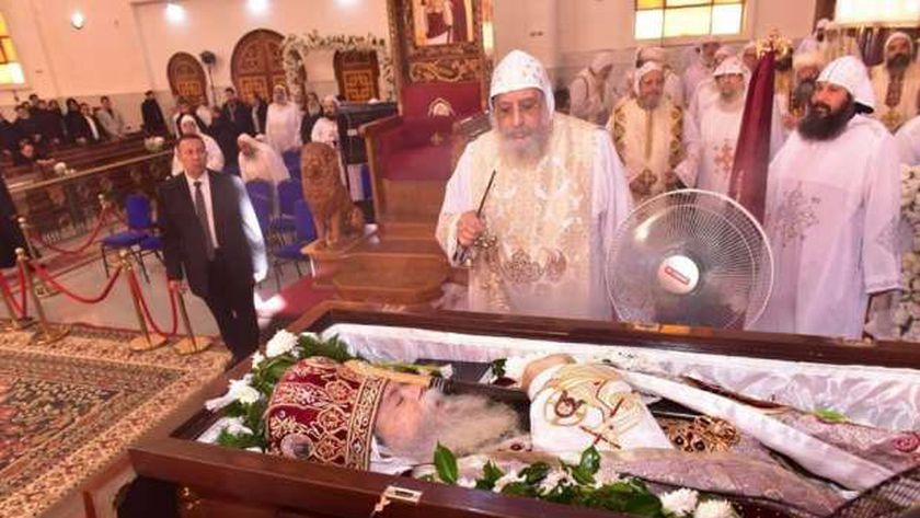 البابا خلال جنازة الأنبا صرابامون
