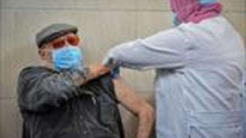 كبار السن وأصحاب الأمراض المزمنة من الفئات المستحقة للتطعيم بـ«لقاح كورونا» بعد انتهاء تطعيم الأطقم الطبية