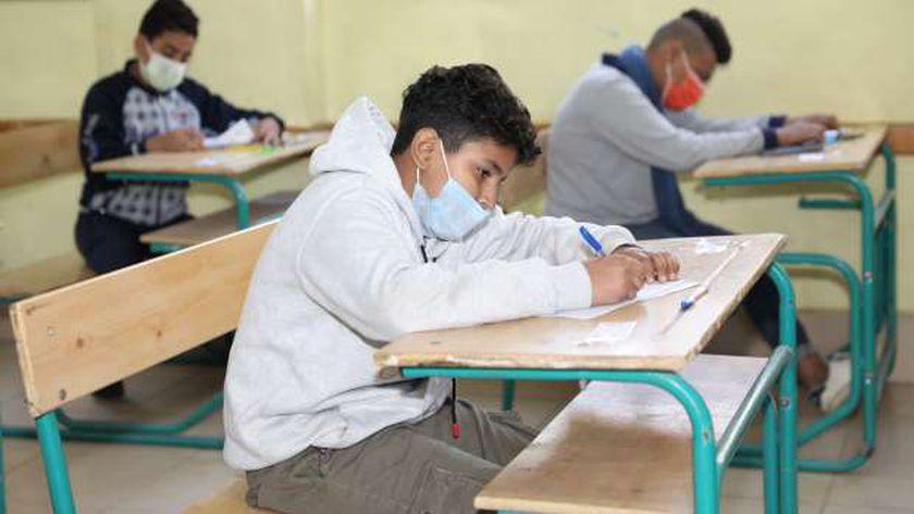 طلاب أثناء أداء أحد امتحانات الترم الأول