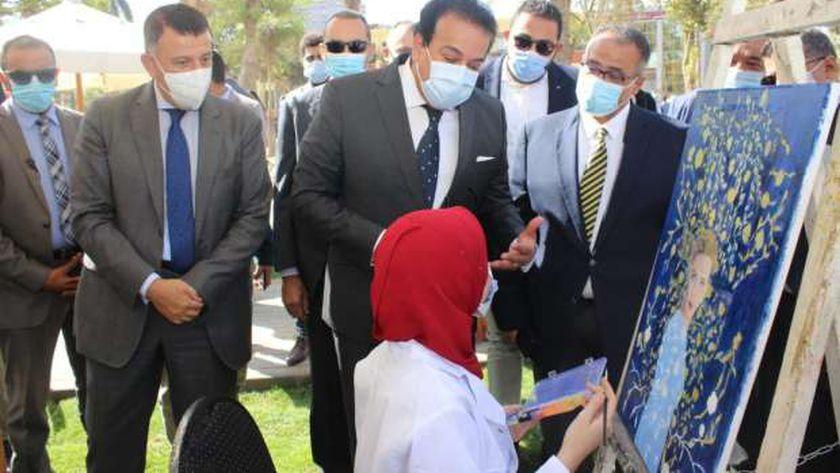 جانب  من جولة وزير التعليم العالي يرافقه الدكتور محمود المتيني رئيس جامعة عين شمس