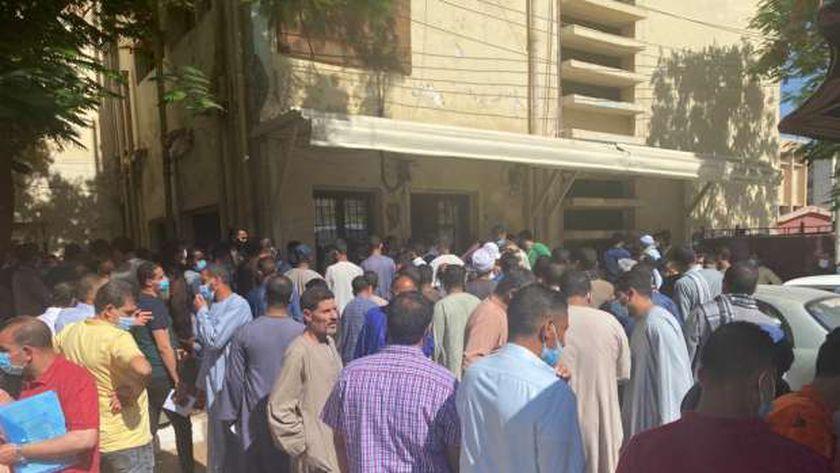 شاهد.. زحام أمام مكتب الخارجية بسوهاج لتصديق شهادات تطعيم كورونا للمسافرين