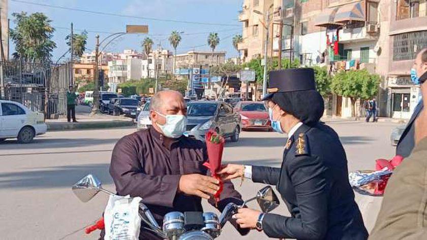 أمن كفر الشيخ يوزع ورود على المواطنين