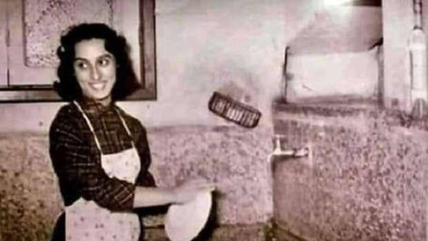 الفنانة فيروز وهى تقف داخل المطبخ وتقوم بغسل الصحون