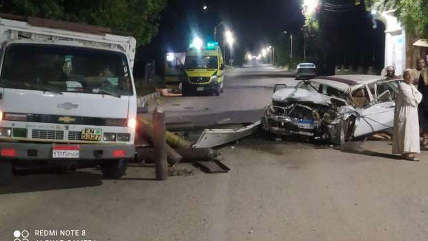 مصرع شخص وإصابة 3 في حادث تصادم سيارتين بقنا (صور)
