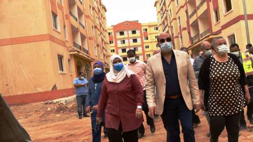 محافظ أسوان يتفقد مشروع الإسكان المتميز بحي العقاد