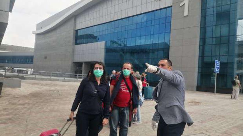 الملاح أشرف حافظ مدير مبنى الركاب رقم 1 بمطار القاهرة الدولي يوجه السائحين لصالات السفر