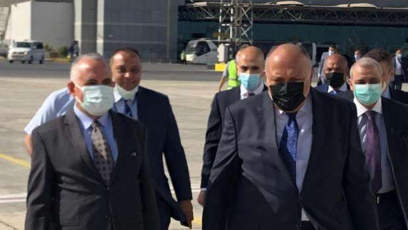 وزيرا الخارجية والرى خلال وصولهما للخرطوم