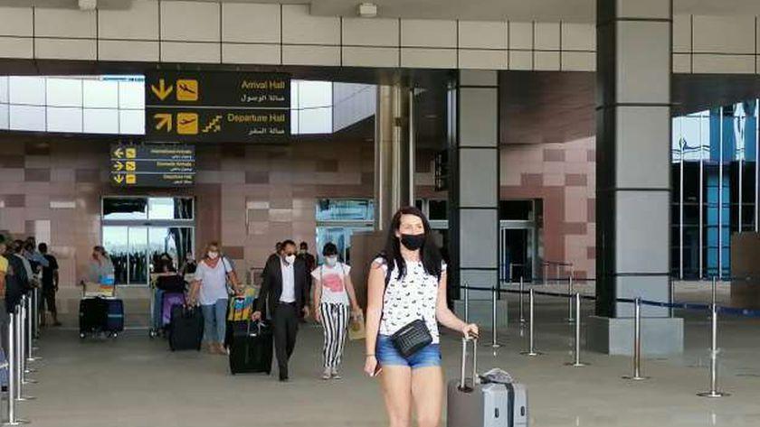وصول السائحين السويسريين مطار الغردقة
