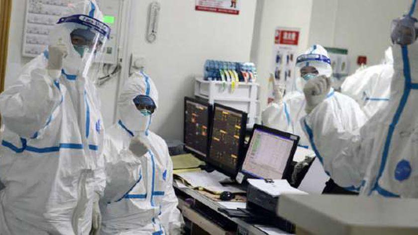 أطباء أثناء تحليل عينات يشتبه إصابتهم بفيروس كورونا