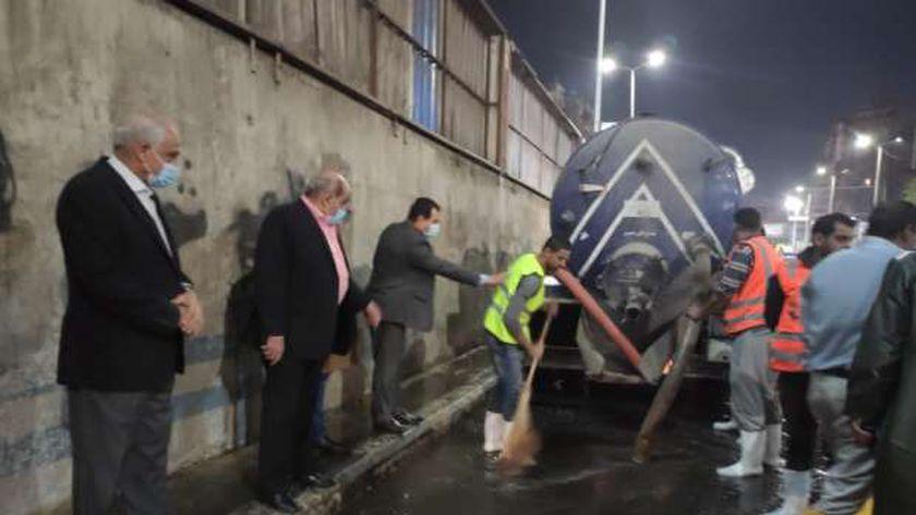 محافظ الجيزة يتفقد مجهودات شفط مياه الأمطار بالمحاور المرورية