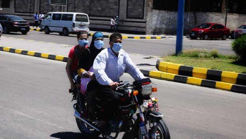 أهالى الإسكندرية يلتزمون بقرار ارتداء الكمامة في الشوارع والمواصلات