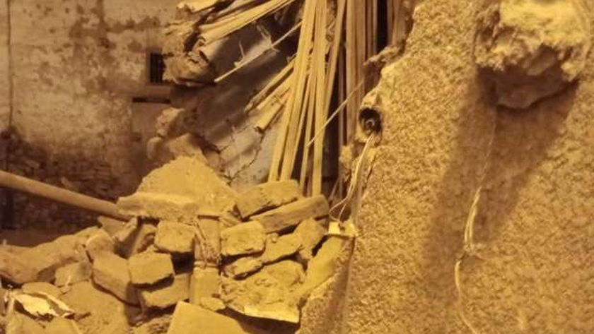 صور.. مصادفة تنقذ أسرة بعد انهيار منزلها بقنا