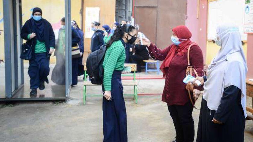 استقبال الطلاب في المدارس باجراءات احترازية