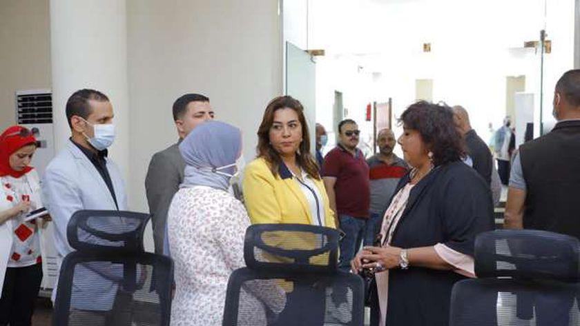 وزيرة الثقافة إيناس عبد الدايم خلال جولتها