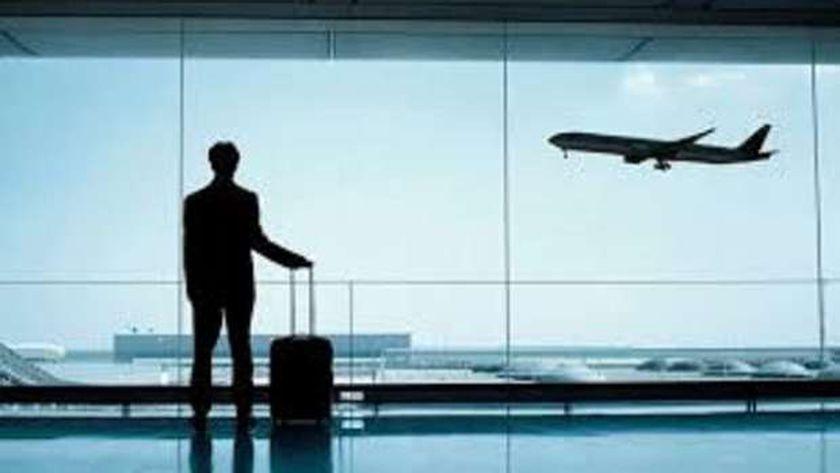 صورة أرشيفية لمسافر داخل المطار