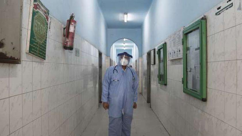 أحد الأطباء في الحجر الصحي
