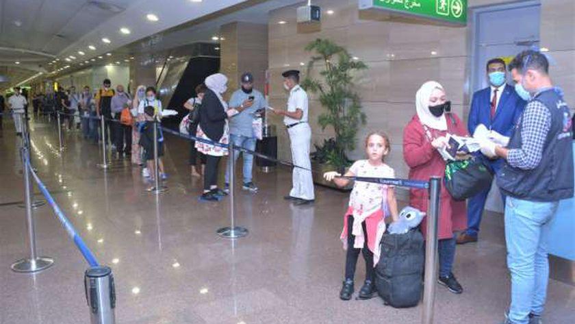 جانب من الإجراءات الوقائية والإحترازية المنفذة داخل مطار القاهرة الدولي خلال إحدى رحلات السفر