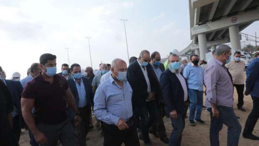 صورة وزير النقل يتابع معدلات تنفيذ مشروعي القطار الكهربائي LRT – مصر