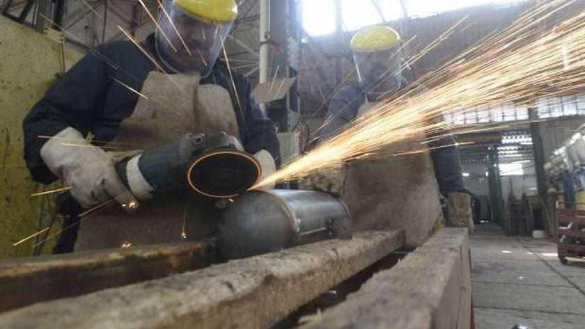 أحد العمال داخل مصنع الصناعات الثقيلة