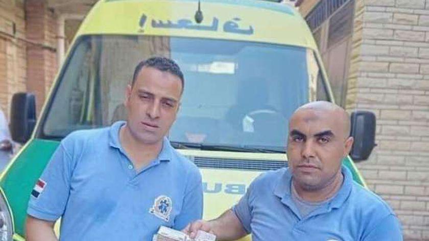 مسعفي الإسكندرية يسلمون مبلغ مالي لذوي مصاب