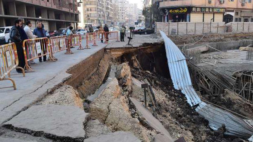 بالصور| محافظ الفيوم يتفقد موقع الانهيار الأرضي ويقرر تشكيل لجنة لمعاينته