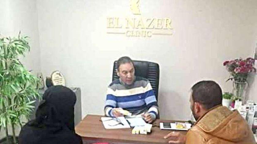 الدكتور هانى الناظر يوقع الكشف الطبى على طفل كفر الشيخ مجانا
