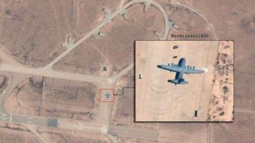 طائرة شحن عسكرية تركية تفرغ حمولتها بقاعدة الوطية الليبية