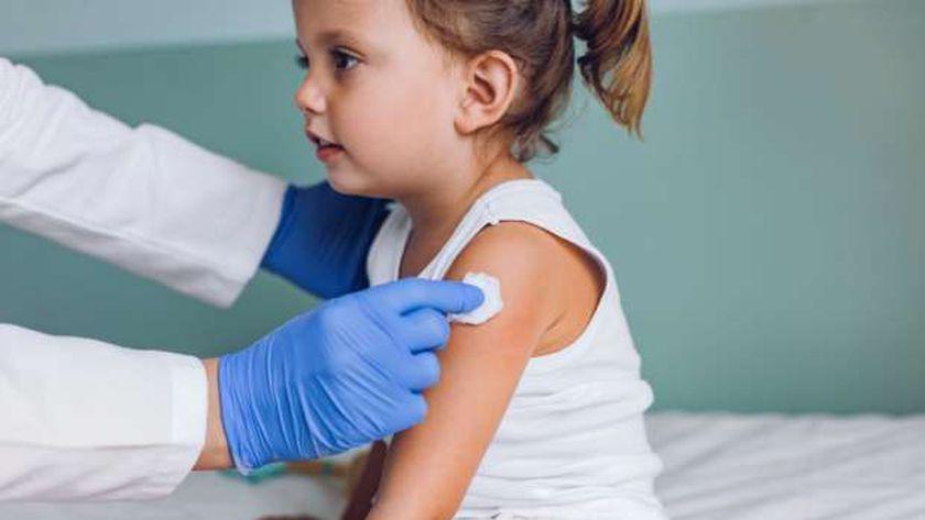 طفلة بريطانية تتلقى أحد اللقاحات