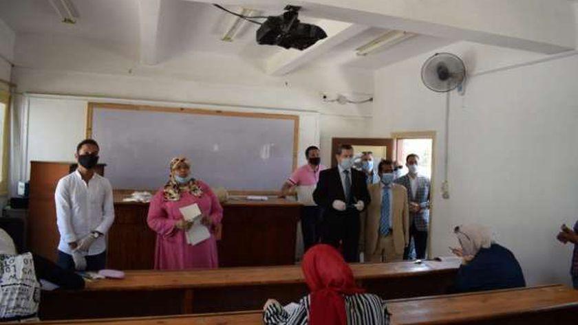 رئيس جامعة مطروح خلال تفقده أول أيام الإمتحانات بكلية التربية