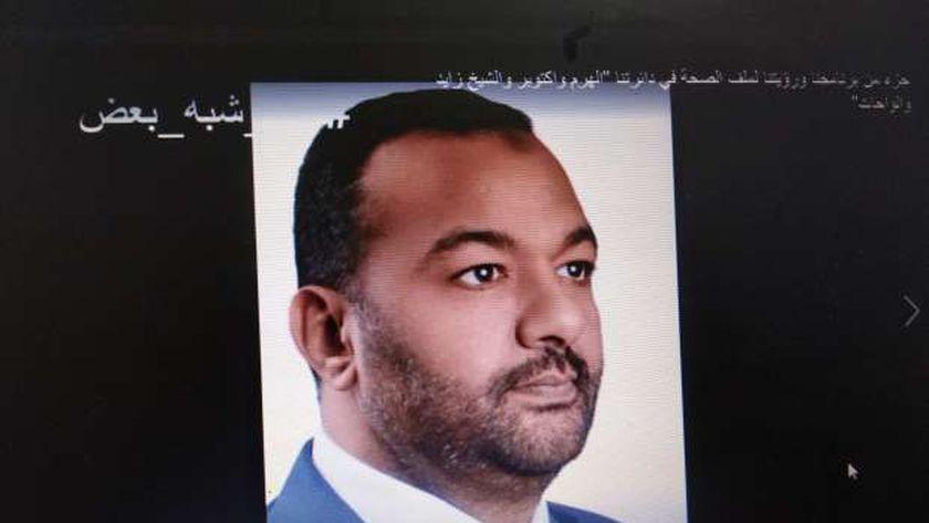 أحد المرشحين يعرض برنامجه الانتخابي على السوشيال ميديا