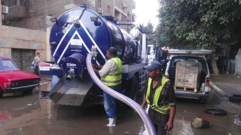 مسئولي القابضة للمياه يتابعون أعمال الاصلاح لكسر خط مياه بحدائق القبة