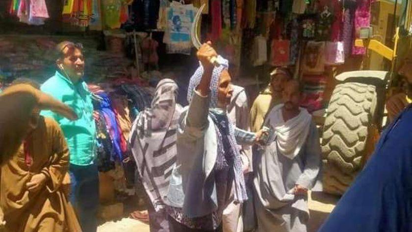 نائب رئيس مدينة بأسيوط ترفع شرشرة فى وجه البائعين خلال حملة إشغالات