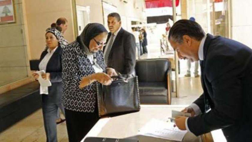 سيدة من الجاليات المصرية خلال تصويتها في انتخابات سابقة