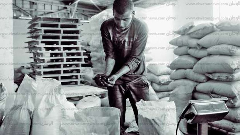 عامل بمصنع إعادة تدوير البلاستيك