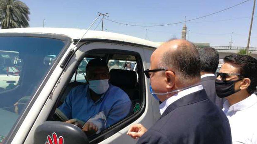محافظ القاهرة يتابع التزام مواقف الميكروباص بارتداء الكمامة