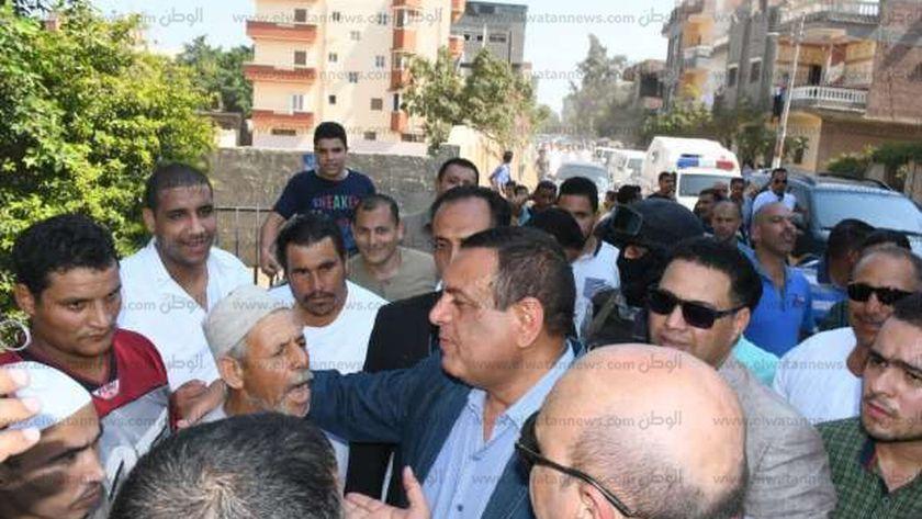"""محافظ البحيرة يؤدى صلاة الجمعة بمسجد """"فزارة"""" ويستمع لمطالب الأهالى"""